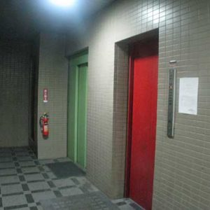 Before:築20年8階建マンション「内外壁塗装・エントランス廻りの改修でイメージ一新!」