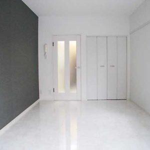 After:築古1K「洋室ドア取付で機能性UP!クロス,フロアタイル一新で印象的に」