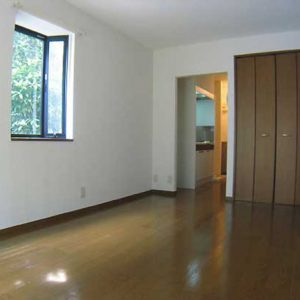 Before:築古1K「洋室ドア取付で機能性UP!クロス,フロアタイル一新で印象的に」